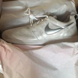 Nike Shoes - Women's Nike roshe